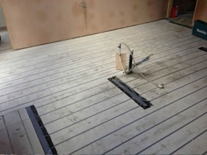 Low profile overlay underfloor heating system